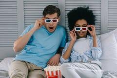 Multiracial chłopak i dziewczyna w stereoskopowych szkłach ogląda film w domu obrazy stock