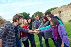 Multiracial deltagare med händer på bunt royaltyfri bild