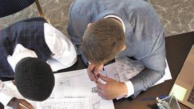 Multiracial drużynowy działanie w projekta i inżynierii architektury biurze w zwolnionym tempie zbiory wideo