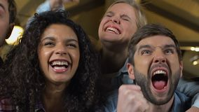Multiracial fan wspiera ulubionej sport drużyny w pubie, rozwesela dla zwycięstwa zdjęcie wideo