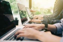 Multiracial grupa ucznie koduje na laptopie przy coworking spac obraz stock