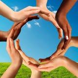 Multiracial händer som tillsammans gör en cirkel Arkivfoto