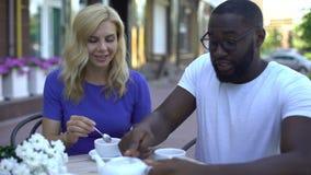 Multiracial kobiety, mężczyzny pić herbaciany i zdjęcie wideo