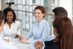 Multiracial ludzie biznesu żartuje śmiać się biorą przerwę podczas negocjacji fotografia stock