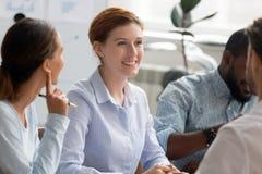 Multiracial ludzie biznesu siedzi przy biurowym biurkiem zdjęcia royalty free
