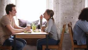 Multiracial ludzie siedzi przy stołami opowiada pijący kawę w kawiarni zbiory