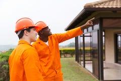 Multiracial męscy pracownicy budowlani Fotografia Stock