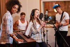 Multiracial muzyczny zespołu spełnianie w studiu nagrań zdjęcie royalty free