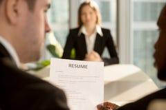 Multiracial pracodawcy robi zatrudniać decyzję, ostrość na życiorysie, j obraz stock