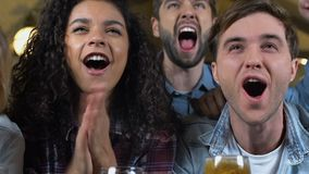 Multiracial przyjaciele świętuje ulubionego sport drużyny cel w pubie, mistrzostwo zbiory wideo