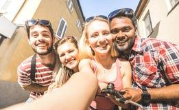 Multiracial przyjaciele bierze selfie Millenial ludzi outdoors - Szczęśliwy przyjaźni pojęcie z młodymi uczniami ma zabawę wpólni obrazy royalty free