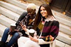 Multiracial przyjaciele outdoors obrazy stock