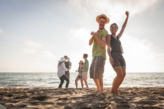 Multiracial przyjaciele przy plażą obraz royalty free