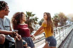 Multiracial przyjaciele wpólnie outdoors obraz royalty free