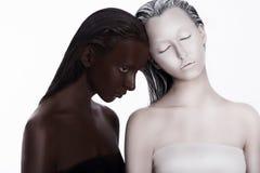 Multiracial Wielokulturowy pojęcie. Pochodzenie etniczne. Kobiety Barwiony Brown i biel. Oddanie zdjęcia stock