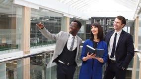 Multiraciale Bedrijfsmensen die digitale tablet op vergadering gebruiken stock video