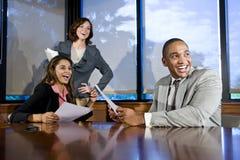Multiraciale businesspeople het letten op presentatie Stock Foto