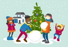 Multiraciale familie die een sneeuwman in de werf maken Stock Fotografie