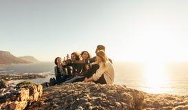 Multiraciale groep en vrienden die in openlucht van genieten partying stock afbeeldingen