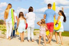 Multiraciale groep vrienden die bij het strand lopen Stock Afbeeldingen