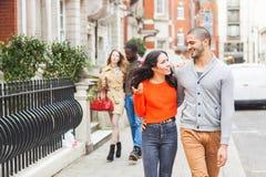 Multiraciale groep vrienden die in Londen lopen stock afbeeldingen