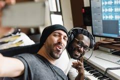Multiraciale kunstenaars die een selfie nemen stock afbeelding