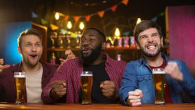 Multiraciale mannelijke vrienden ondersteunend favoriet voetbalteam in bar, resultatentijd stock footage