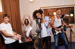 Multiraciale muziekband die in een opnamestudio presteren Royalty-vrije Stock Afbeelding