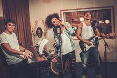 Multiraciale muziekband in een studio stock foto