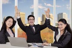Multiraciale ondernemers die handen slaan op het werk Stock Afbeeldingen