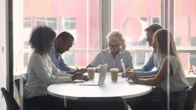 Multiraciale partnersentiteiten die in raadsruimte zitten die contract ondertekenen stock videobeelden