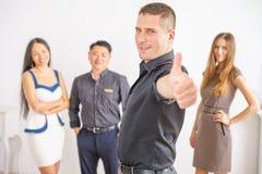 Multiraciale succesvolle bedrijfsmensen met duimen op gebaar Royalty-vrije Stock Foto's