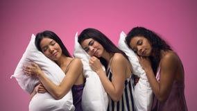 Multiraciale vrouwen die op hoofdkussens, zoete droom na lange dag, comfortabele slaap liggen stock video