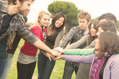 Multiraciale whit van Studenten handen op stapel stock afbeelding