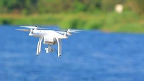 Multirotor truteń unosi się nad błękitnym jeziorem zdjęcie wideo