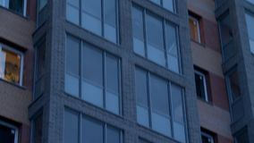 Multistorey строя балконы и взгляд фасада сток-видео