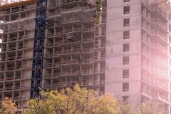 Multistoried, podłoga budować w budowie przemysłowe tło zdjęcia stock