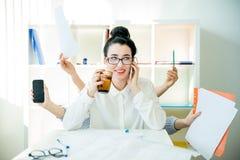 Multitarefa bem sucedida da mulher de negócios Imagem de Stock