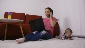 Multitarefa de Supermum em casa com filho do bebê filme