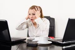 Multitarefa surpreendida da mulher de negócio Foto de Stock Royalty Free