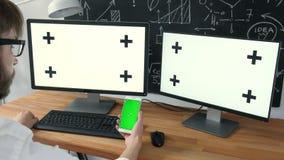 Multitask商务联系绿色屏幕 供以人员与两台计算机一起使用和片剂,全部与绿色屏幕 20s 4k 股票录像