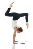 multitasking Κορίτσι που κάνει handstand με το lap-top Στοκ εικόνες με δικαίωμα ελεύθερης χρήσης