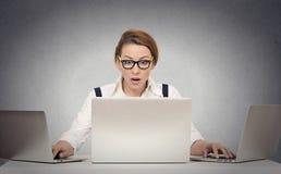 Multitasking женщины работая на нескольких компьютеров Стоковое фото RF