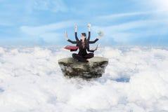 Multitasking коммерсантки над облаками стоковое изображение rf