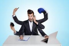 Multitasking bedrijfsmens met zes wapens Royalty-vrije Stock Afbeelding