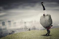 Multitasking bizneswoman z jej partnerem na wzgórzu Obrazy Stock