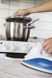 Multitasking i kök Fotografering för Bildbyråer