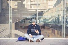 Multitasking mężczyzna używa pastylkę, laptop i cellhpone, obraz stock