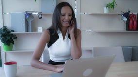Multitasking wijfje bij het werkconcept royalty-vrije stock foto