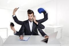 Multitaskingaffärsman med sex armar Royaltyfri Bild